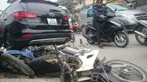 Không dừng lại ở đó, chiếc xe Santafe tiếp tục đâm vào 2 xe máy khác khiến một người đàn ông và một người phụ nữ bị thương nặng.