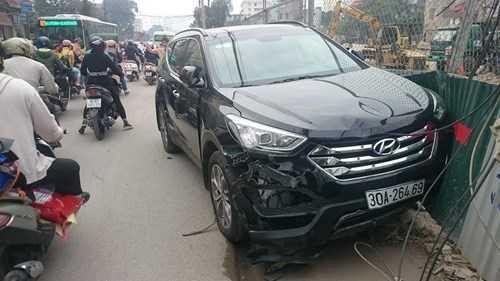 Theo một số người dân, tài xế điều khiển chiếc xe Huyndai Santafe này là một người đàn ông. Ngay sau khi xảy ra tai nạn, người này đã đưa hai nạn nhân bị thương vào bệnh viện cấp cứu.