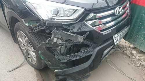 Vụ tai nạn khiến chiếc xe Santafe và xe taxi bị hư hỏng phần đầu. Hai xe máy gần như bị nghiến bẹp.