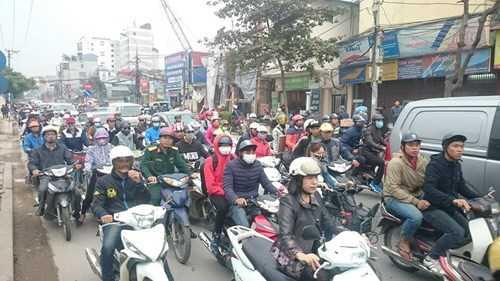Sau khi vụ tai nạn xảy ra, đường Trường Chinh bị tắc nghẽn kéo dài. Cơ quan chức năng cũng đã có mặt để điều tra nguyên nhân vụ việc.