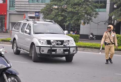 Một chiếc ô tô vượt đèn đỏ bị camera ghi hình, thông báo cho đội CSGT số 3