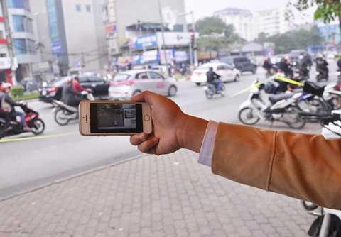 Hình ảnh phương tiện vi phạm được gửi qua điện thoại cho tổ công tác làm nhiệm vụ trên đường Xã Đàn