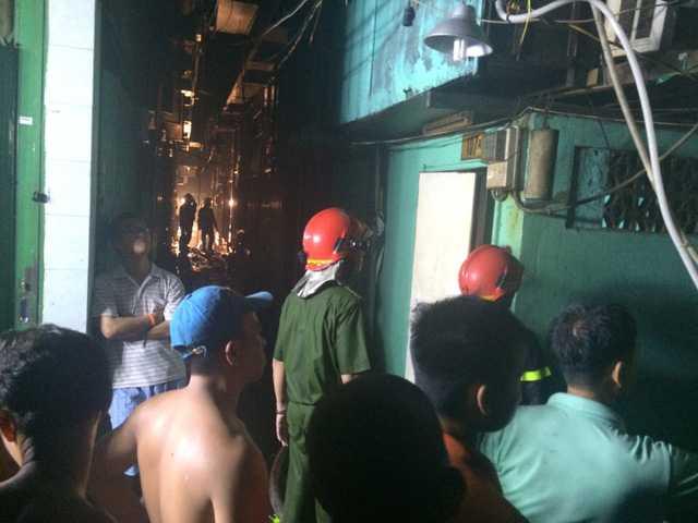 Lực lượng PCCC vất vả nhằm khống chế vụ hỏa hoạn vì khu vực cháy nằm trong hẻm nhỏ với những căn nhà vốn là gian hàng của chợ gà trước đây.