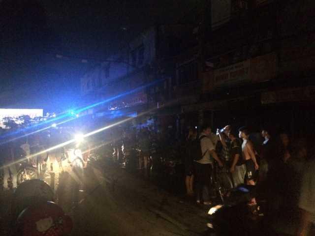 Vụ hỏa hoạn khiến toàn khu vực bị cúp điện.