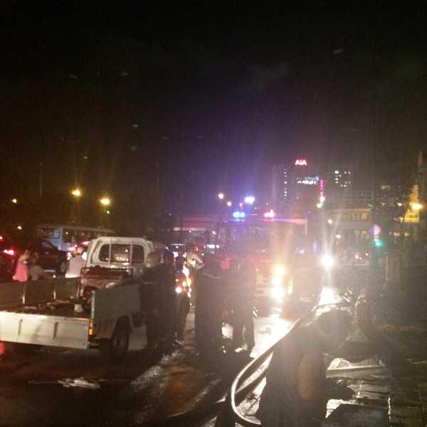 Lực lượng PCCC triển khai phương án cứu hỏa từ mặt đường Võ Văn Kiệt lẫn Yersin khiến khu vực này tắc nghẽn giao thông suốt buổi chiều.
