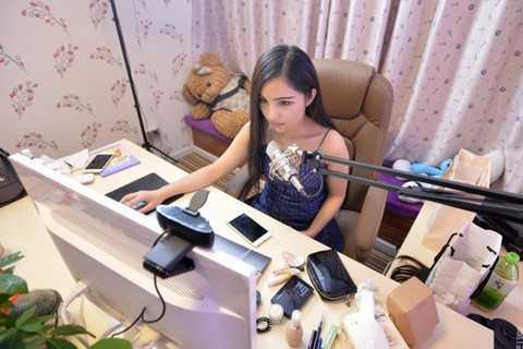 Bách Vũ Huệ (Trung Quốc) kiếm hơn 52 triệu đồng/ tháng