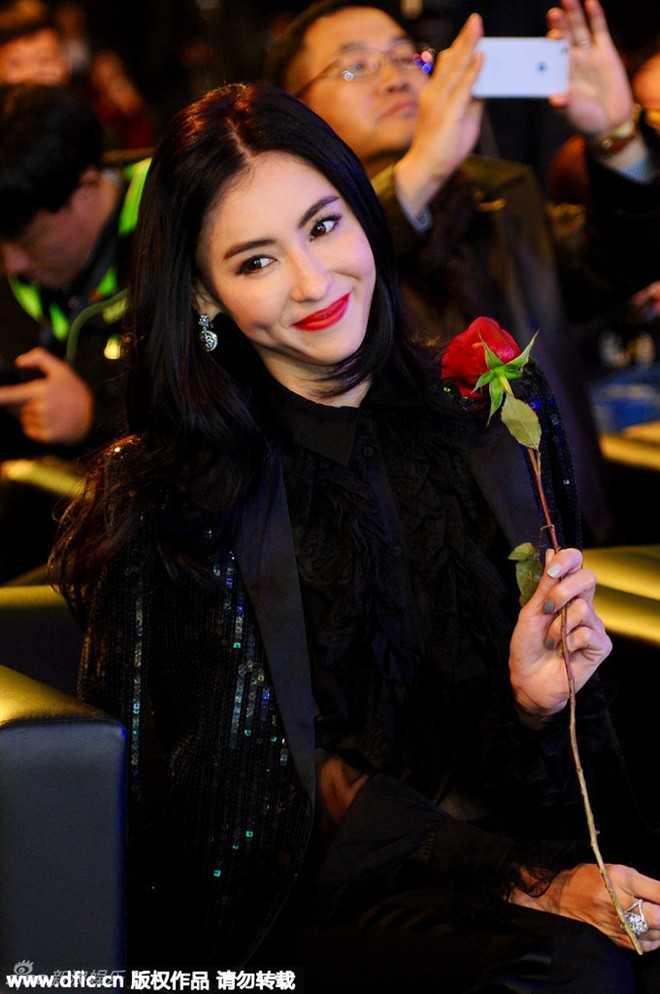 Tối 30/11, Trương Bá Chi tham dự sự kiện quảng cáo của một thương hiệu do cô làm đại diện phát ngôn. Trước ống kính, nữ diễn viên 35 tuổi khoe vẻ đẹp long lanh, ngọt ngào.