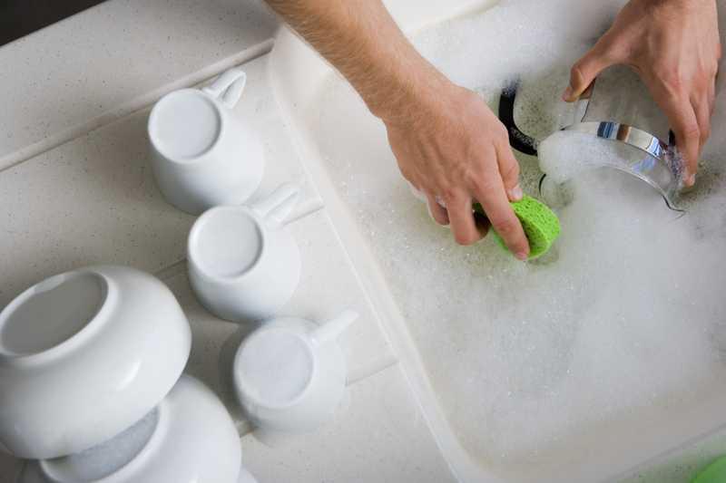 Đừng ngâm bát đĩa quá lâu trong hóa chất.