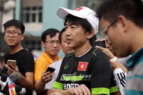 HLV Miura trả lời báo chí sau buổi tập của U23 Việt Nam (Ảnh: Hà Thành)
