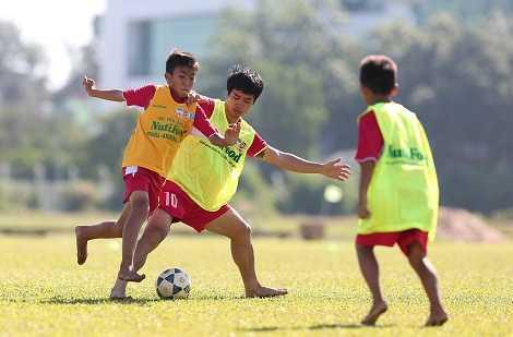 Công Phượng chơi bóng cùng học viên Nutifood HAGL Arsenal JMG