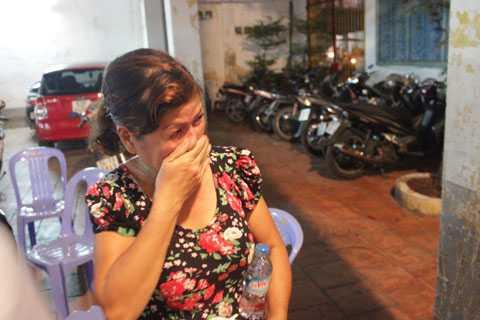 Ngồi trong đinh Nhơn Hội, bà Phạm Thị Thơm khóc ngất khi tài sản của mình cùng căn nhà đã bị lửa thiêu rụi.