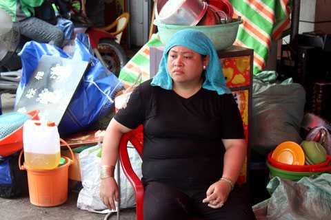 Chị Phùng Thị Mỹ Dung chỉ còn lại duy nhất bộ đồ mặc trên người còn tất cả tài sản đã bị lửa thiêu rụi.