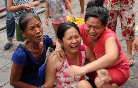 Người phụ nữ khóc ngất tại hiện trường vụ cháy vào chiều ngày 1/12 vì nghĩ đứa con trai mình vẫn còn mắc kẹt bên trong.