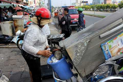 Chiếc tủ lạnh bị cháy xém gần hết là tài sản duy nhất còn sót lại trong vụ cháy của bà Lương Thị Vui. Dù nó bị hư hỏng nặng nhưng vì tiếc của bà vẫn giữ lại và đem gửi nhờ nhà người quen ở quận 4.