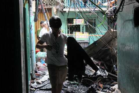 Hiện trường bên trong các căn nhà bị đốt cháy rất nguy hiểm, có thể đổ sập bất cứ lúc nào.