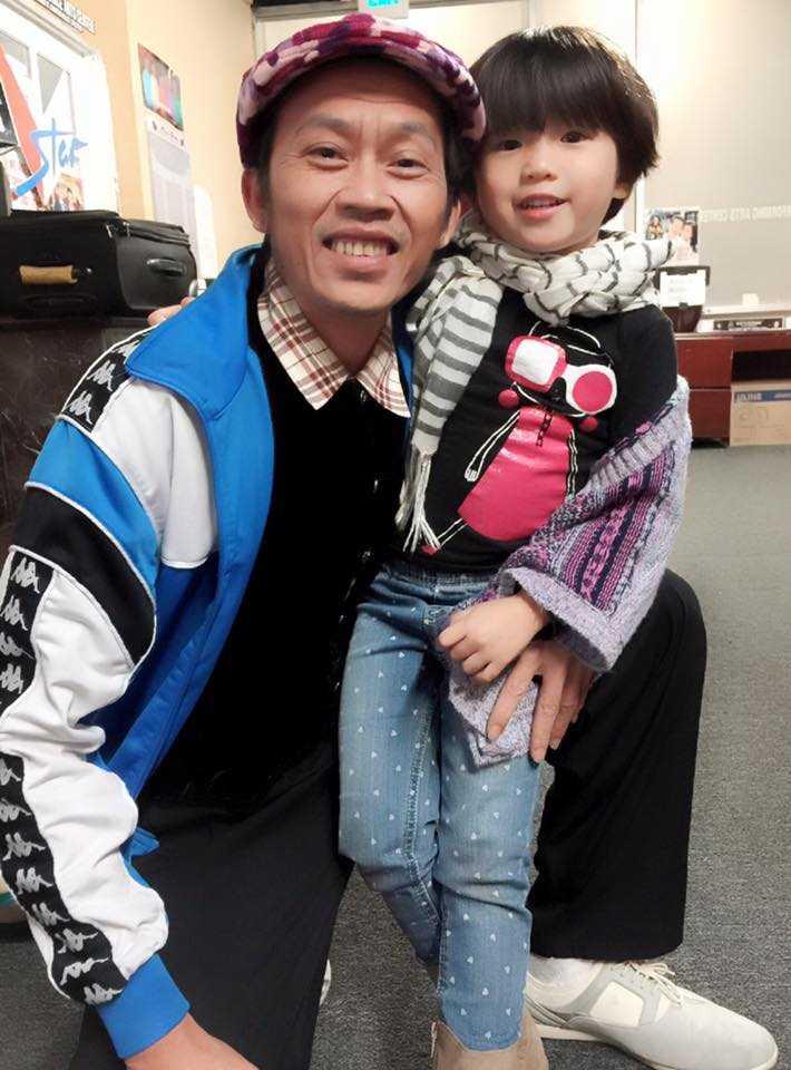Danh hài Hoài Linh bên bé Nguyệt Cát.