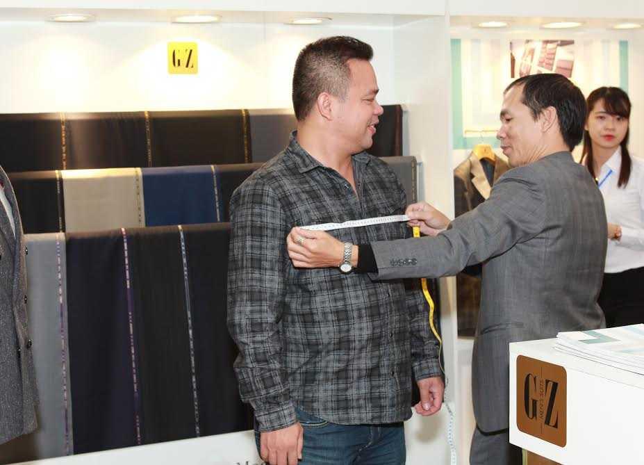 Khách hàng thích thú khi được trực tiếp may đo Veston ngay tại triển lãm