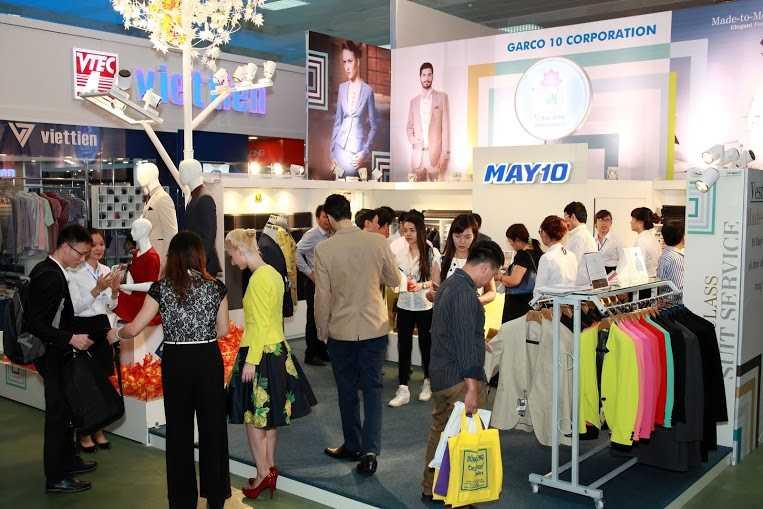 """Trong các hội chợ, triển lãm thời trang, gian hàng May 10 luôn trong tình trạng """"quá tải""""."""