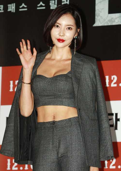 Nữ diễn viên Seo Young gợi cảm trong buổi họp báo ra mắt bộ phim.