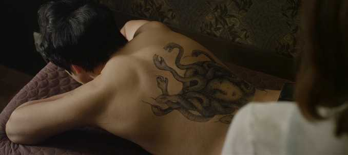 Hình xăm rắn đáng sợ phía sau lưng của Song Il Kook.