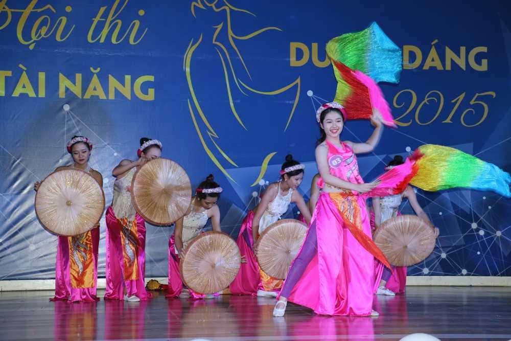 """Với màn múa """"Bèo dạt mây trôi"""" nhiều lớp nang, trường đoạn, được đầu tư công phu và kỹ lưỡng về trang phục, các động tác khó, cô Hoàng Linh Hương đã giành số điểm tuyệt đối từ phía 5 vị giám khảo trong phần thi tài năng."""