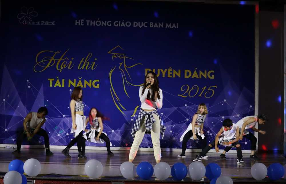 """Với chiều cao 1m68 cùng màn nhảy và hát """"My baby"""" bùng nổ trên sân khấu, cô giáo trẻ Phan Thị Ngọc được gọi là Hà Hồ phiên bản 2."""