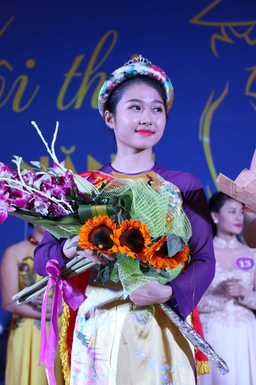 Cô Hoàng Linh Hương (Tổng phụ trách khối Tiểu học) đoạt ngôi vị cao nhất dành cho khối Hành chính Tổng hợp