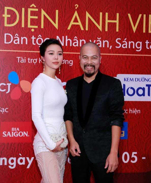 NTK Đức Hùng cùng Á hậu Trà Giang cùng xuất hiện trong Liên hoan phim Việt Nam 2015. Đây là những ngày bận rộn với NTK Đức Hùng khi anh vừa kết thúc vai trò giám khảo ở vòng loại Siêu mẫu Việt Nam 2015.