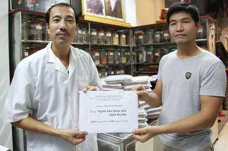 Phóng viên Báo điện tử VTC News nhận 200 thang thuốc trị viêm loét dạ dày tặng người nghèo, của lương y Phạm Văn Thanh