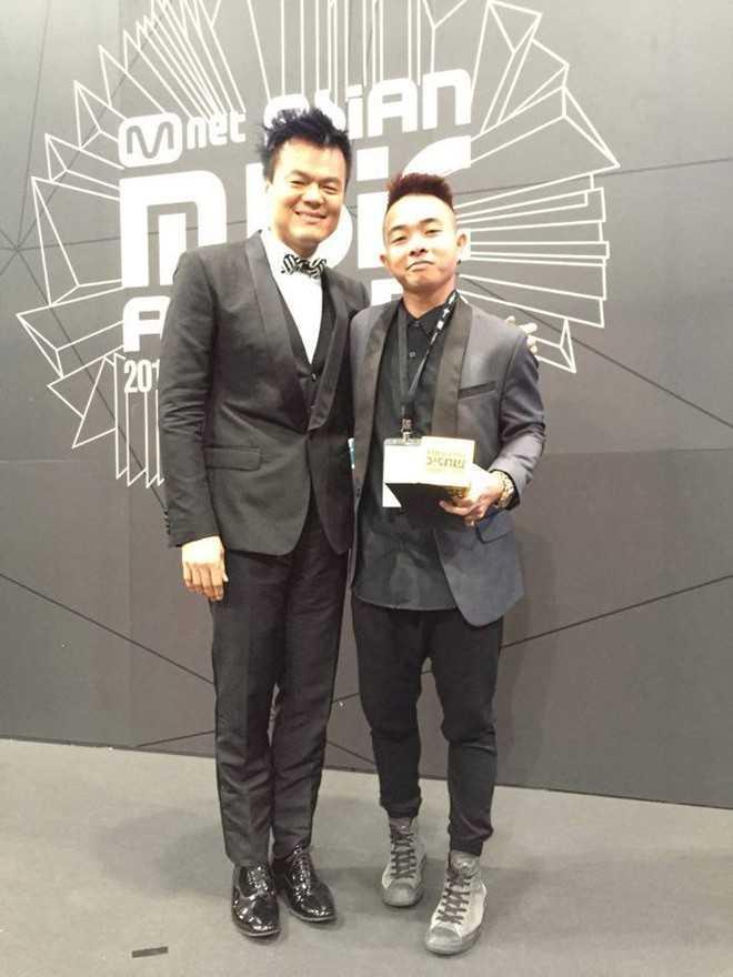 Phúc Bồ chụp ảnh cùng Park Jin Young - một trong ba ông trùm làng giải trí Hàn Quốc. Ảnh: FB Nguyễn Minh Sơn