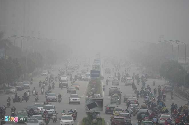 Sáng 2/12, Hà Nội bị sương mù dày đặc bao phủ. Trong ảnh, khu vực đường Dương Đình Nghệ, quận Cầu Giấy.