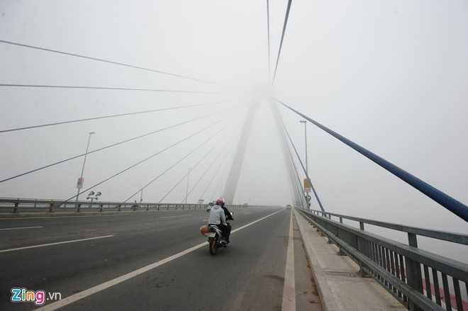 Cầu Nhật Tân lúc 9h.