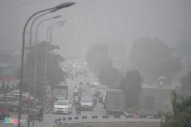 Đến 9h, nhiều nơi vẫn bị sương bao phủ dầy đặc. Ảnh chụp trên phố Mạc Thái Tổ, quận Cầu Giấy.