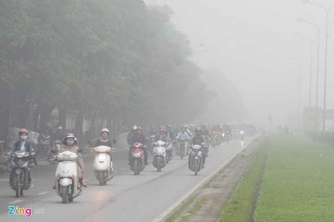 Khu vực đường Tôn Thất Thuyết, nhiều phương tiện bật đèn để lưu thông.