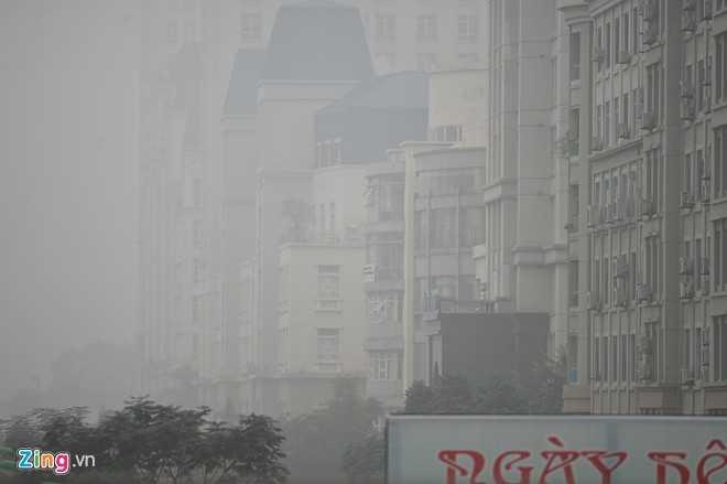 Các khu đô thị ở khu vực phía Tây Nam (quận Nam Từ Liêm) mờ ảo phía sau làn sương.