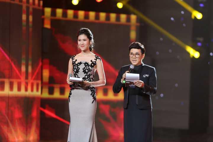 Với khả năng ăn nói khôn khéo và cách dùng văn phong tinh tế sắc sảo, Thu Hằng đã vượt qua nhiều ứng viên sáng giá để trở thành MC của Liên hoan phim Việt Nam lần thứ 19