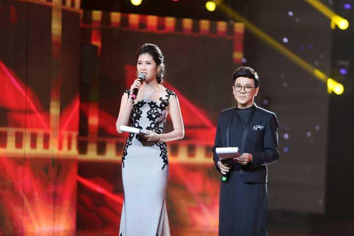 Bạn dẫn cùng cô là NSƯT Thành Lộc, nam nghệ sĩ nổi tiếng với khả năng ứng biến linh hoạt cả trong cách dẫn và ngôn từ