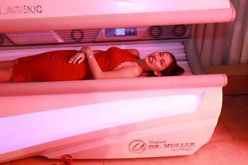 Top 6 HKAD 2014 Nguyễn Ngọc Anh Thư không giấu được sự hồi hộp khi thử dòng máy kích thích da tự tái tạo collagen.