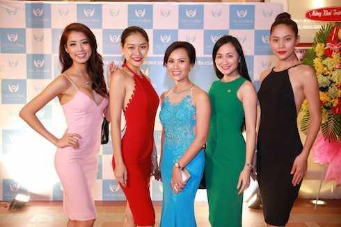 Các người đẹp Hoa khôi Áo dài chụp hình cùng bà Lê Thụy Anh Thư, chủ nhân bữa tiệc.