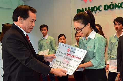 10 suất học bổng trị giá 5 triệu đồng/suất đã được trao cho 10 sinh viên có hoàn cảnh gia đình đặc biệt khó khăn, đã nỗ lực vươn lên học giỏi trong năm học vừa qua tại trường ĐH Đông Á (Đà Nẵng)