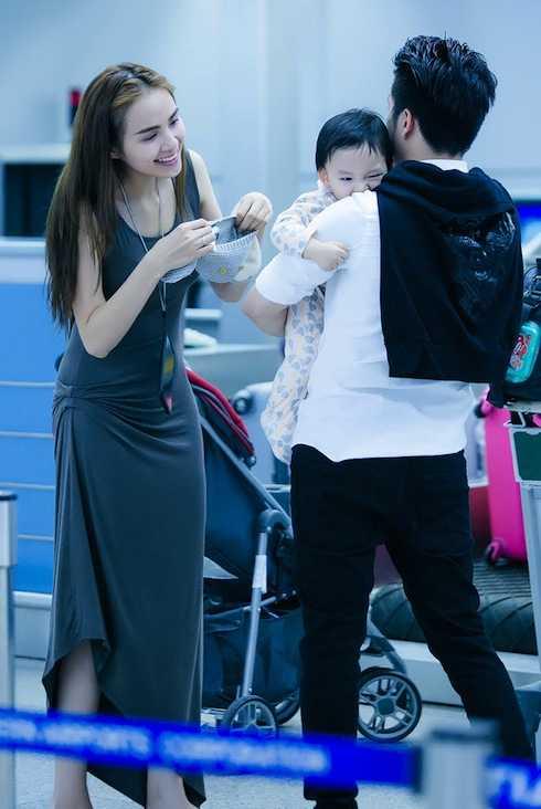 Diễm Hương cẩn thận chăm sóc con.
