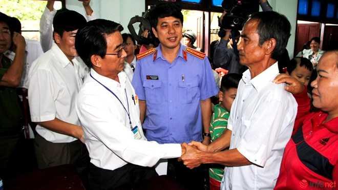 Đại diện TAND tỉnh Bình Thuận chia sẻ cùng ông Nén sau buổi xin lỗi.