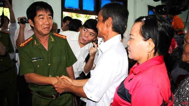 Đại tá Phạm Thật - Phó giám đốc Công an tỉnh cũng tới chúc mừng ông.