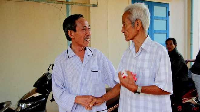 Cha con ông ghé vào nhà ông Nguyễn Thận - người cùng cụ Truyện đi kêu oan cho ông Nén 15 năm nay.