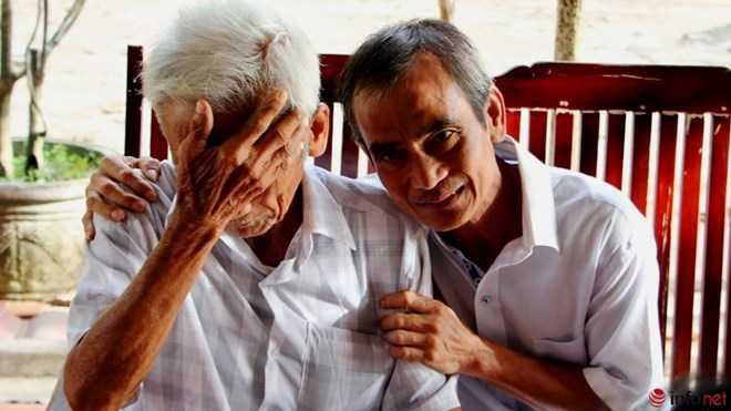 Nhắc lại những câu chuyện cũ, cụ Huỳnh Văn Truyện vẫn rất xúc động.
