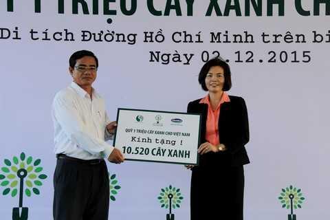Bà Bùi Thị Hương – Giám Đốc Điều Hành Vinamilk trao tặng Bảng tượng trưng tài trợ cây xanh cho đại diện tỉnh Bến Tre