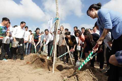Bà Nguyễn Thị Kim Ngân, Ủy viên Bộ chính trị - Phó chủ tịch Quốc Hội nước CHXHCN Việt Nam và các đại biểu của chương trình Quỹ 1 triệu cây xanh cho Việt Nam cùng trồng cây tại Khu di tích đường Hồ Chí Minh trên biển ở Thạnh Phú, Bến Tre