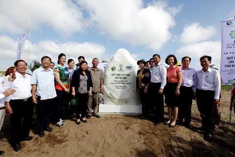 Các đại biểu thực hiện nghi thức đặt bảng đá lưu niệm của chương trình Quỹ 1 triệu cây xanh cho Việt Nam tại Khu Di tích đường Hồ Chí Minh trên biển ở Bến Tre