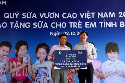 Ông Đỗ Thanh Tuấn, Trưởng bộ phận Đối ngoại Vinamilk trao tặng bảng tượng trưng 36.030 ly sữa tương đương 300 triệu đồng cho đại diện Quỹ Bảo trợ trẻ em tỉnh Bến Tre