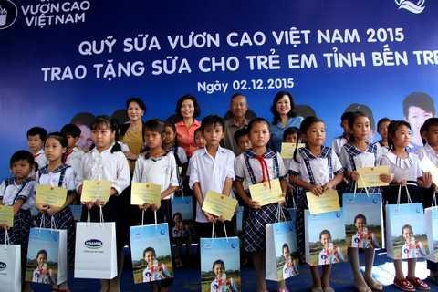 Bà Nguyễn Thị Kim Ngân, Ủy viên Bộ chính trị - Phó chủ tịch Quốc Hội nước CHXHCN Việt Nam cùng lãnh đạo Bộ LĐTBXH và đại diện lãnh đạo tỉnh, Quỹ Bảo trợ trẻ em Việt Nam và lãnh đạo Vinamilk trao tặng sữa cho các em học sinh tỉnh Bến Tre